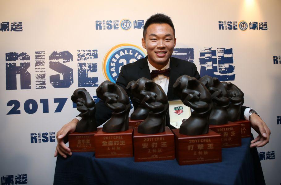 王柏融一口氣抱走七大獎項,成為中職史上第一人。圖/李天助攝