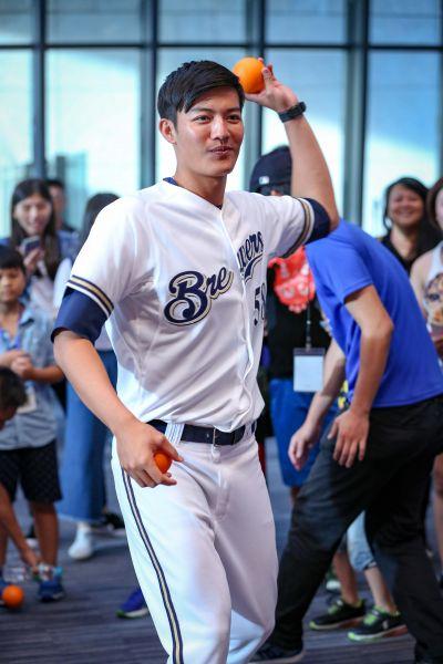 王維中PK沛緹準投手團隊,共度歡樂棒球時光。(大漢集團提供)