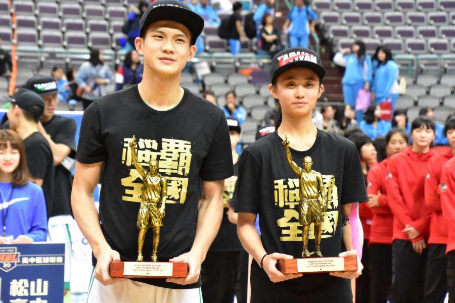 男、女甲級冠軍賽MVP松山林勵(左)、普門羅培儀(右)