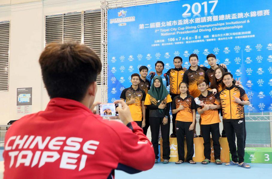 邀請賽結束後,中華臺北隊的林昀蒂(左)幫馬來西亞團隊拍照紀念。圖/大會提供