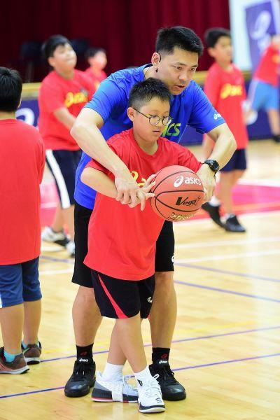 總教練羅興樑近距離指導學員籃球技巧。(大漢集團提供)