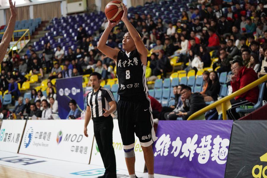 義守吳彥儒三分跳投。