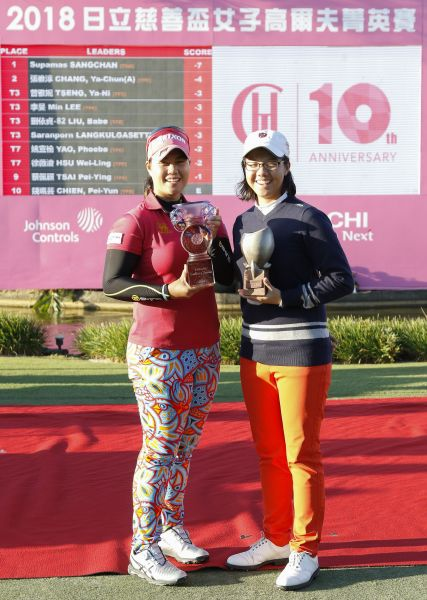 職業冠軍泰國選手蘇帕瑪(左)與業餘冠軍張雅淳合影。圖/大會提供