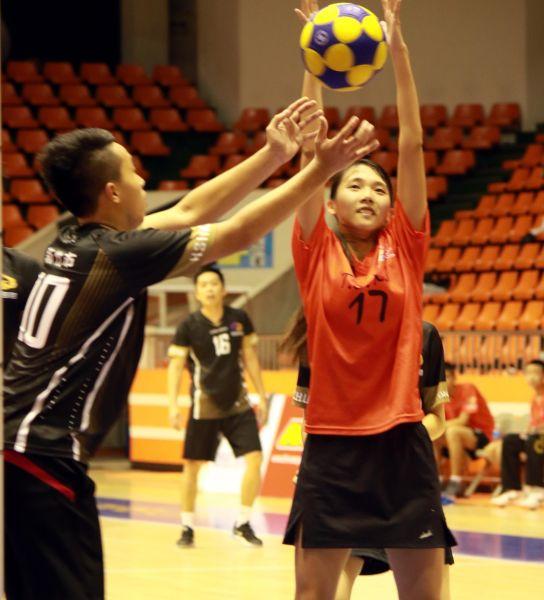 臺中市林盈甄爭搶籃板球。合球協會/提供。