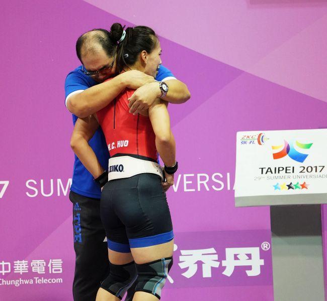 舉重58公斤金牌郭婞淳(右)教練林敬能相擁而泣。李天助攝