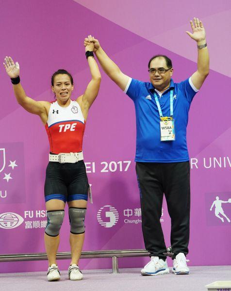 舉重58公斤金牌郭婞淳(左)教練林敬能向觀眾致謝。李天助攝