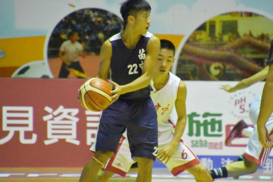 苗中邱世澤(左)持球伺機突破,宜中郭奕鴻(右)貼身防守。