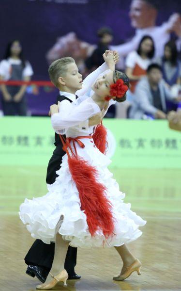 跳起舞來有模有樣的愛沙尼亞小選手Aleksander Tuudor KAPPET(左)Merinel-Izabelle OUNPUN/大會提供