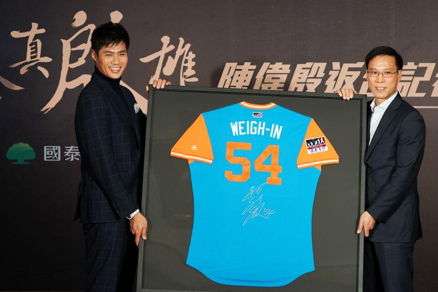 陳偉殷贈送「WEIGH-IN」綽號球衣給國泰金控。圖/李天助攝