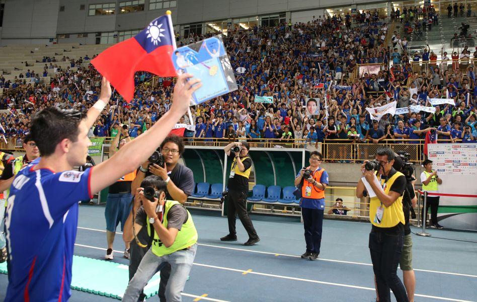 陳昌源揮手告別球迷。中華民國足球協會提供