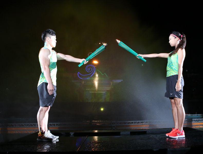 陳智郁(左)游雅君點燃聖火。李天助攝
