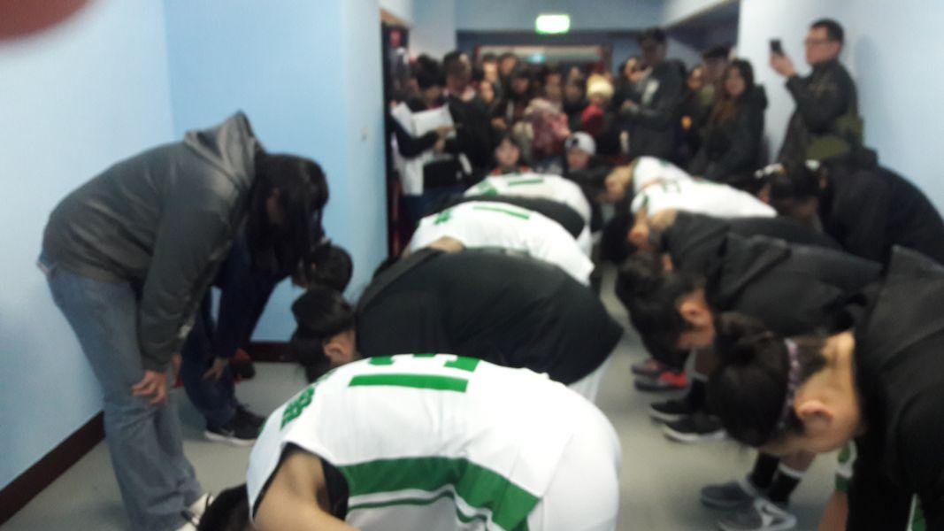陽明教練李台英與球員相互90度鞠躬彼此致歉。