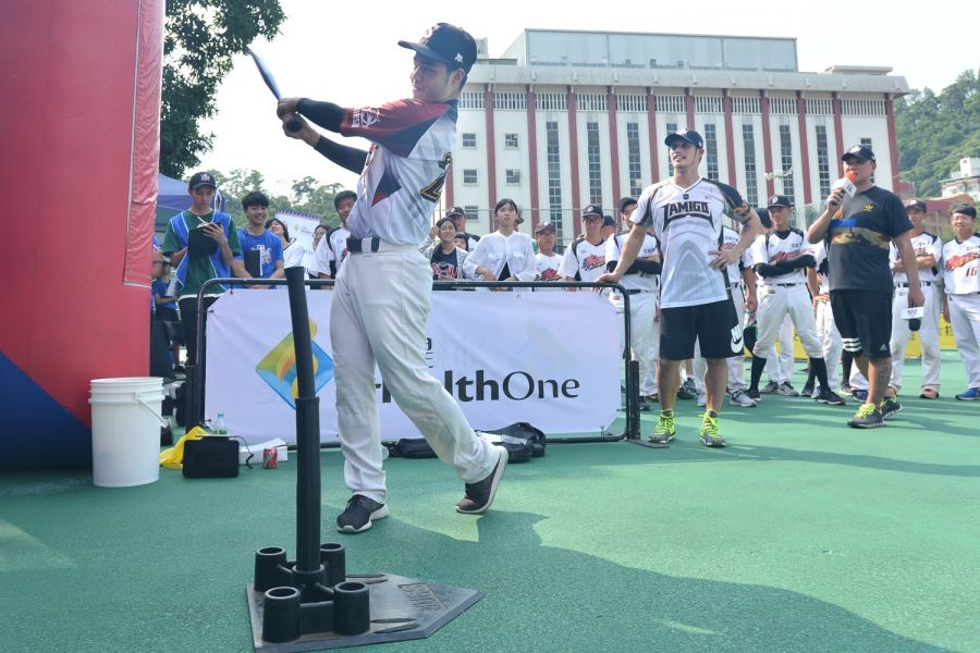陽耀勳現身世新大學與球迷們同樂,為即將於10月7、8日登場的2017 沛緹HealthOne MLB棒球樂園暖場。(大漢行銷提供)