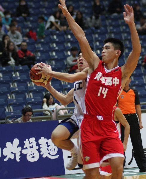 青年劉彥廷縱橫籃下 張手封阻。