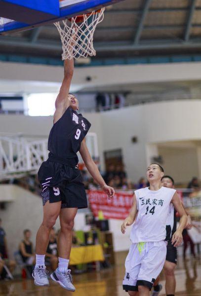 青年吳嘉栩飛身上籃。