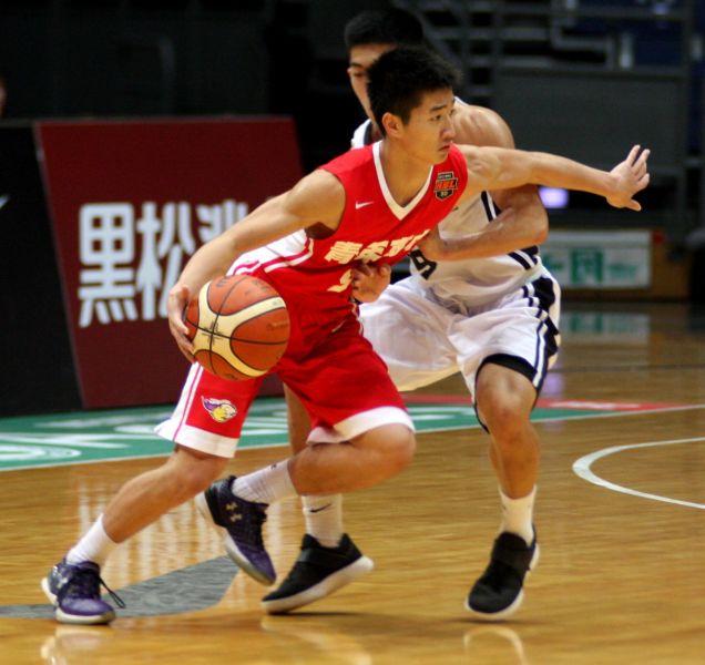 青年陳鈺衡運球推進。