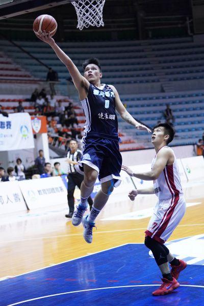 飆進全場之冠23分的台藝大陳懷安飛身挑籃。