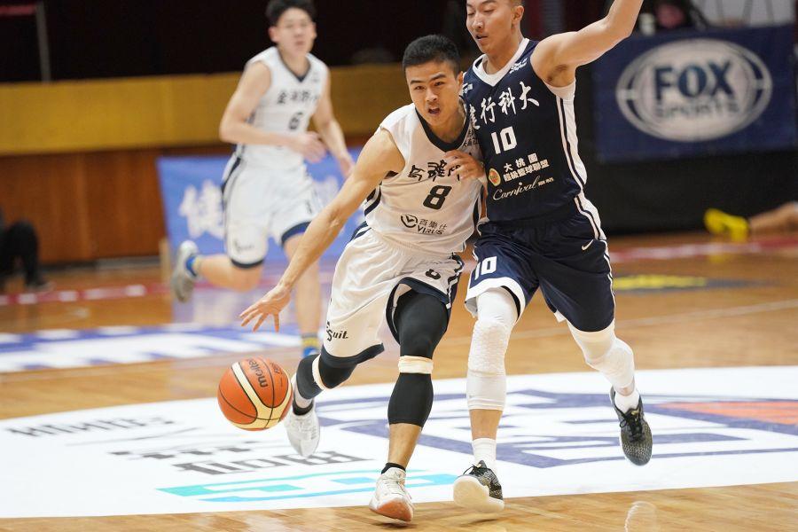 高師大陳佳澤運球突破。