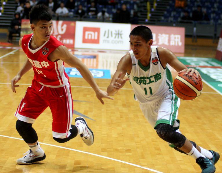 高苑簡賀宇三分球5投中4拿15分、13籃板,首度「雙十」。
