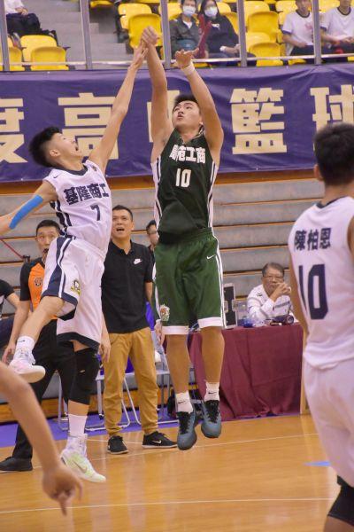高苑陳郁仁(右)三分球12投中6豪取大會單場最高32分。
