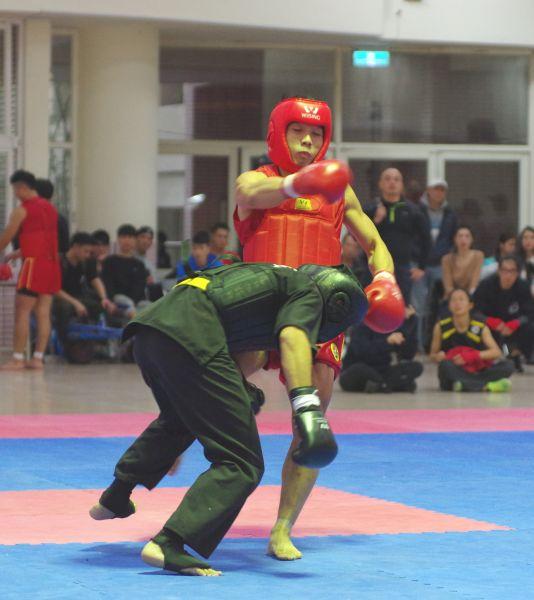 黃嵩森(右紅衣)拳腿齊施讓吳宇揚彎下了腰。.