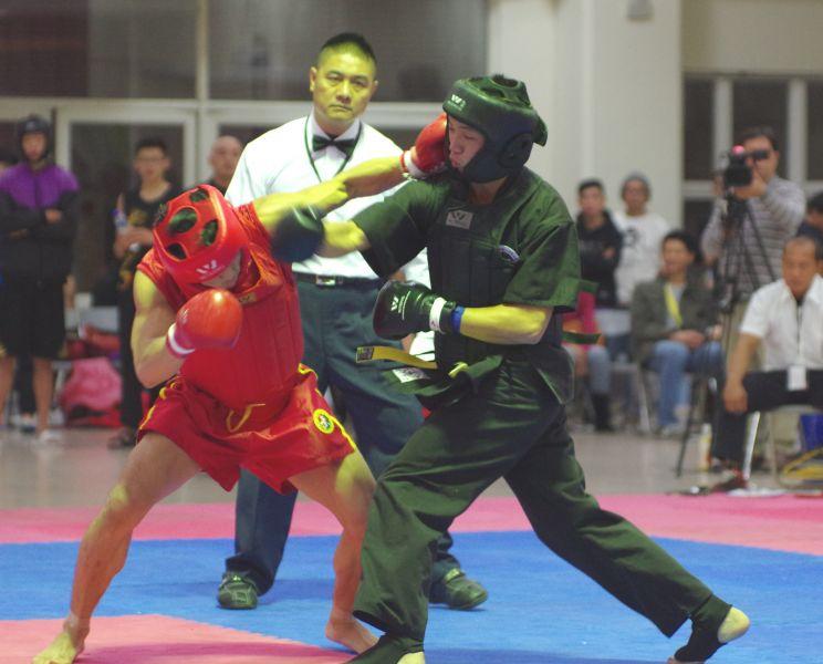 黃嵩森(左紅衣)閃過吳宇揚右拳立刻以左拳擊中對手頭部。