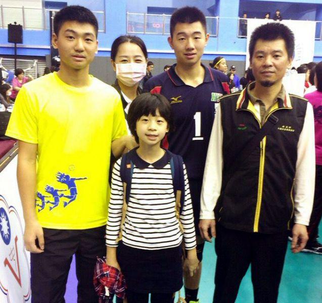 黃士展三兄妹都在打排球,雙親也很支持。黃土展/提供。