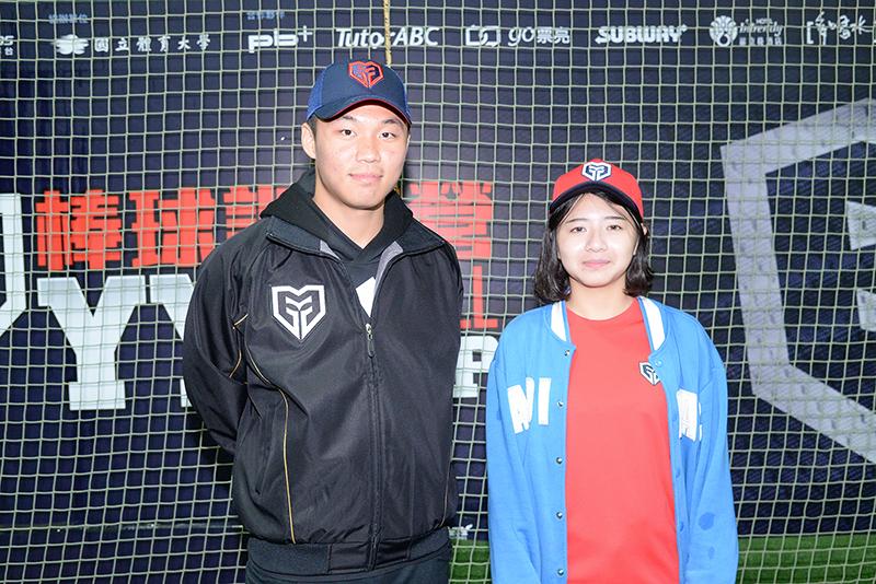 黑豹旗甜心永春高中陳怡賢與偶像王柏融相見歡。圖/主辦單位提供