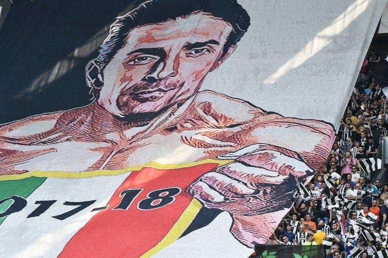 球迷打出大幅的布馮圖像。法新社