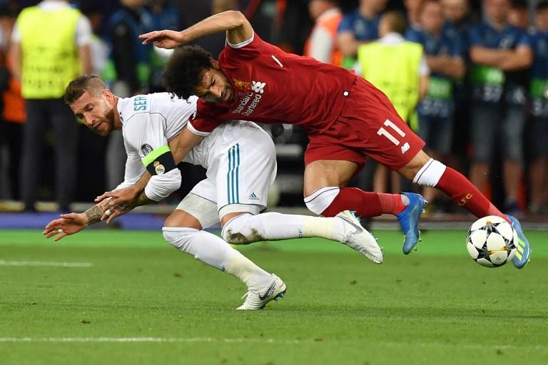薩拉赫(右)與拉莫斯(左)爭球相撞肩傷,他表示將會參加世界盃。法新社資料照