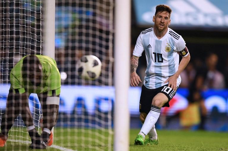 梅西(右)3射1傳演出,阿根廷4-0擊敗海地。法新社
