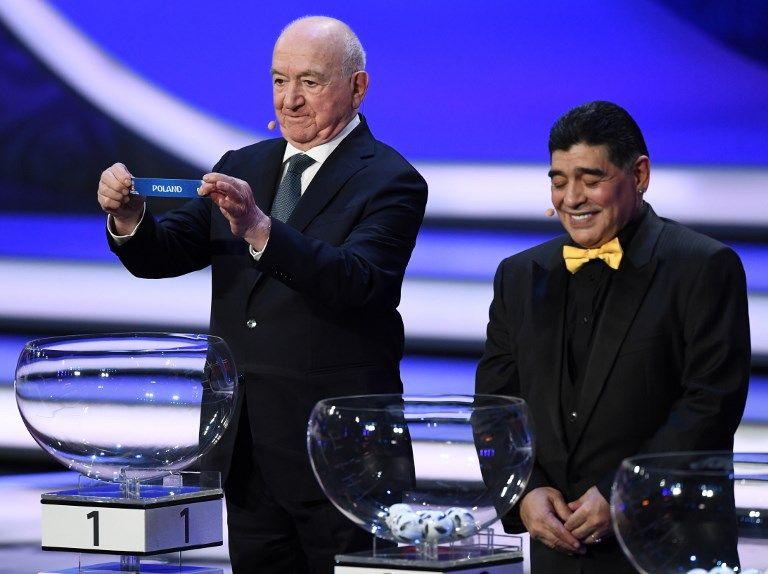 馬拉度納(右)等傳奇球星都參加抽籤。法新社