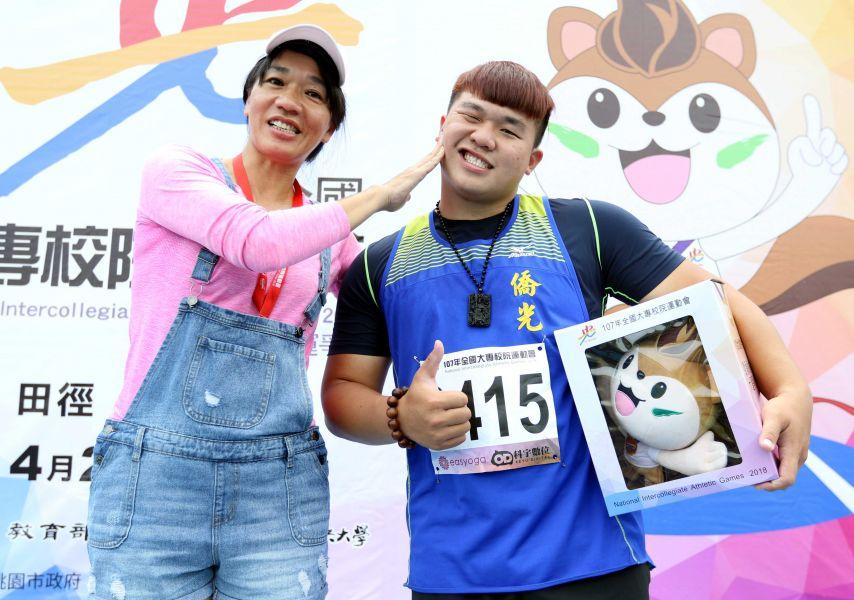 郭名譯(右)奪金但表現失常,教練也是乾媽馬君萍(左)作勢要修理他。林嘉欣/攝影。