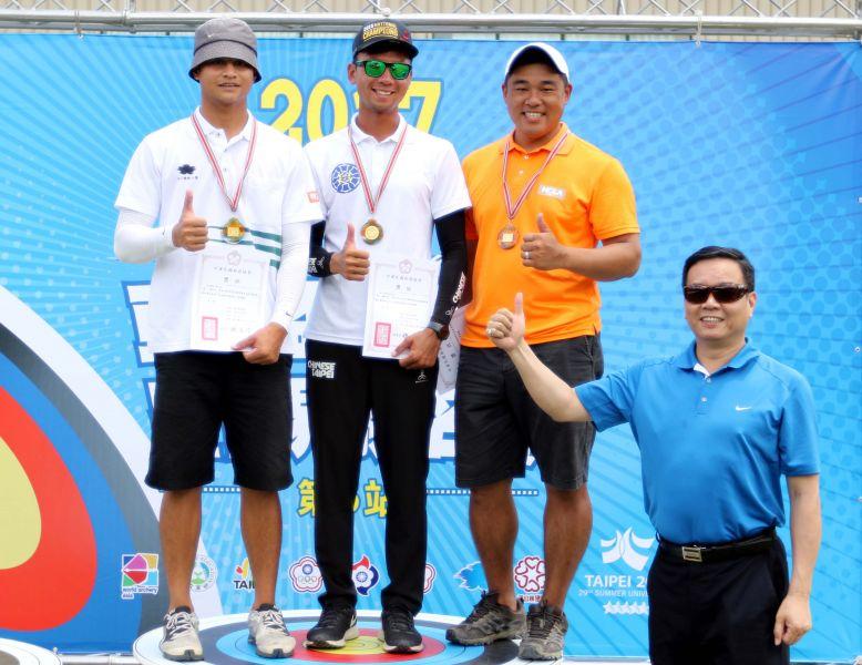 射箭協會副理事長邱炳坤(右)頒獎給理事長盃射箭賽男子反曲弓個人賽前三名。林嘉欣/攝影。