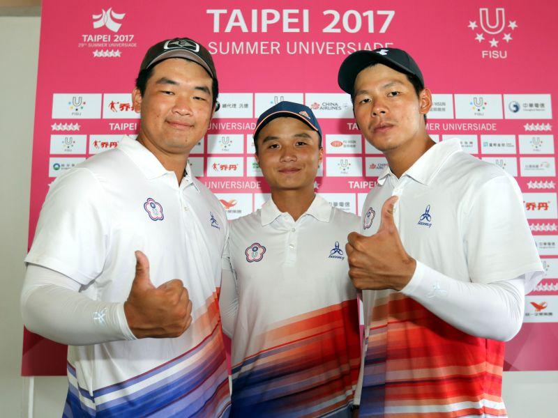 中華男子複合弓隊左起陳享宣(Hsiang-hsuan, CHEN)、林鑫民(Hsin-min, LIN)和林哲瑋(Che-wei, LIN)團體賽暫居第六。