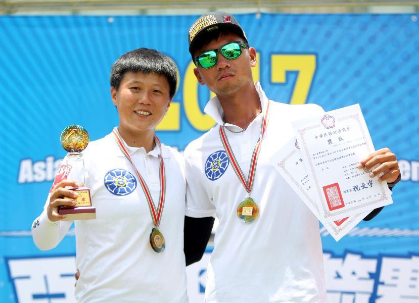 台灣師大魏均珩(右)和雷千瑩在理事長盃射箭賽混雙摘金。林嘉欣/攝影。