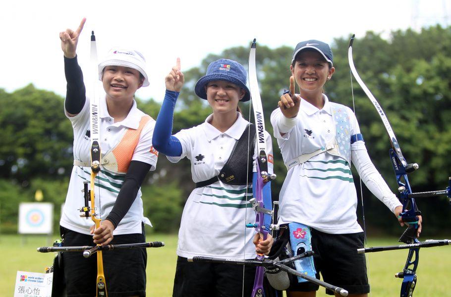 國立體大A隊張心怡(左起)、林昱萱和林佳恩拿下理事長盃射箭賽女子反曲弓團體賽第一名。林嘉欣/攝影。