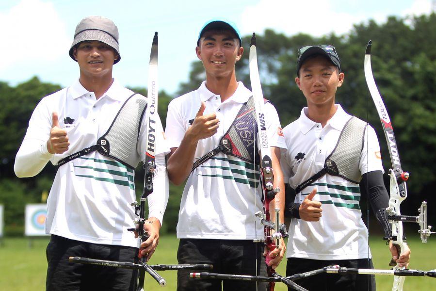 國立體大A隊高浩文(左起)、劉家瑋和林昱辰拿下理事長盃射箭賽男子反曲弓團體賽冠軍。林嘉欣/攝影。