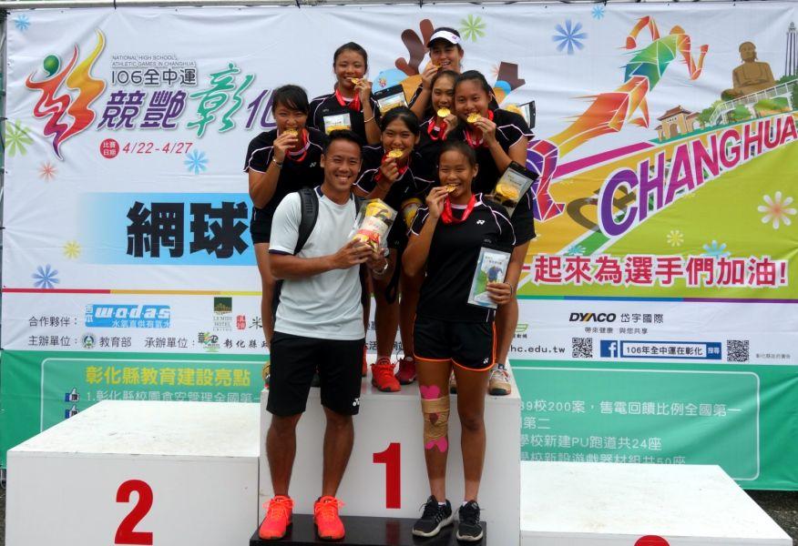 第八屆「佛乘盃」圍棋大賽, 2016年10月10日圓滿落幕,由上海清一道場隊榮獲冠軍,圖為冠亞季軍棋手合影。圖/主辦單位提供