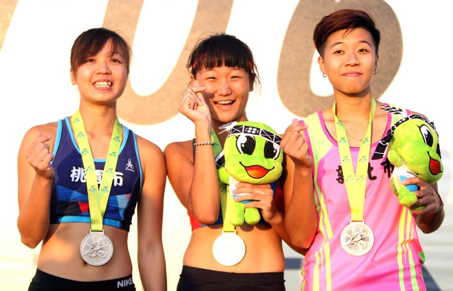 宜蘭全運會女子撐竿跳高前三名林映彤(中)、沈怡如(左)和林采瑩。林嘉欣/攝影。