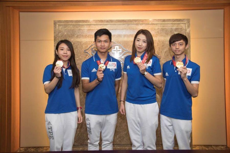 4名金牌台塑撞球之星拜訪台塑企業,由左至右依序為古正晴、許睿安、魏子茜、柯秉中。圖/台塑提供