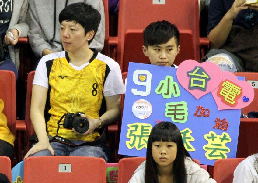 魏絹文(左)和邱玟倩都穿著客製化的台電女排隊戰袍到場為台電加油!林嘉欣/攝影。