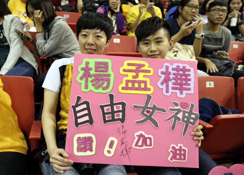 魏絹文(左)和邱玟倩已成為台電女排死忠粉絲。林嘉欣/攝影。