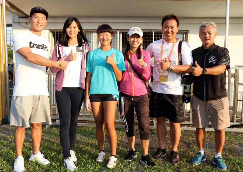 林映彤(左三)在女子撐竿跳高以4公尺整封后,全家人和教練都好開心。林嘉欣/攝影。