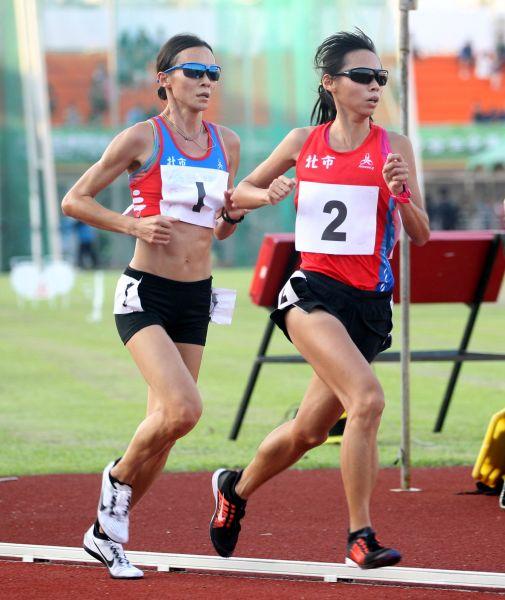 台北市謝千鶴(左)和曹純玉包辦全運女子一萬公尺金銀牌。林嘉欣/攝影。