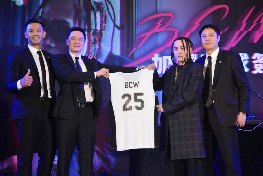 寶島夢想家贈送背號25的寶島夢想家專屬球衣送給BCW。圖/寶島夢想家提供