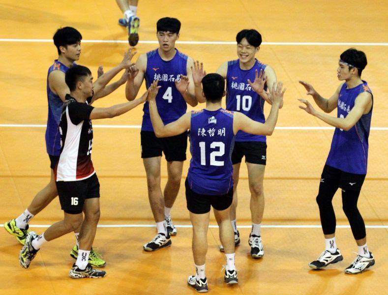 桃園石易男排隊比賽中互相打氣。林嘉欣/攝影。