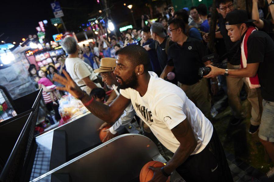 厄文前往夜市並與老周一同體驗投籃機遊戲。Nike提供