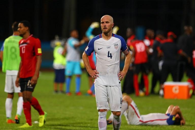 美國意外輸給多巴哥慘遭淘汰,賽後隊長布萊德利(中)似乎難以接受。法新社