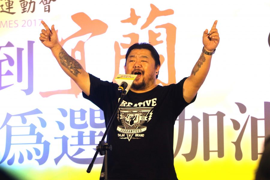 資深音樂人潘芳烈開金嗓,演唱他為宜蘭全運創作的主題曲,林嘉欣/攝影。